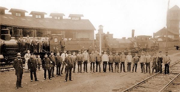 Mitarbeiter des Bahnbetriebswerks Letmathe vor dem 1886/87 erbauten Ringlokschuppen im Jahr 1890