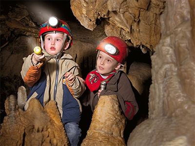 Junge Höhlenforscher bei der Arbeit