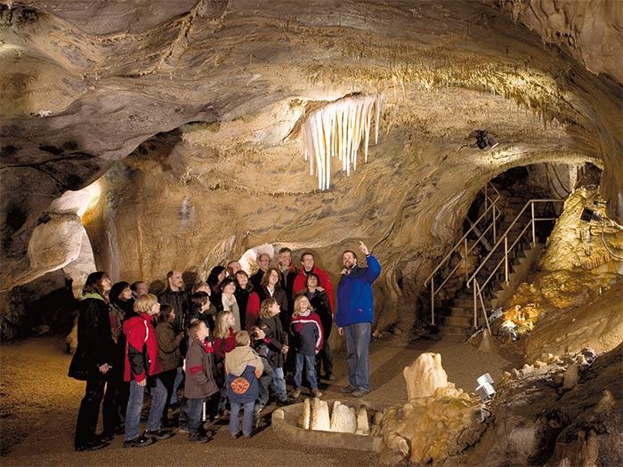 Geologe Dr. Stefan Niggemann mit einer Besuchergruppe