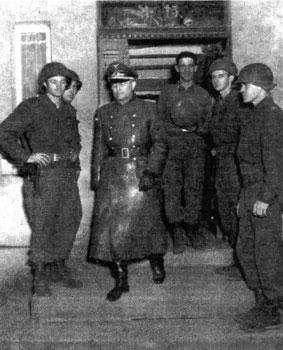Generalmajor Friedrich Römer, Kommandeur der 22. Flakdivision, verlässt sein Stabsquartier in Lössel